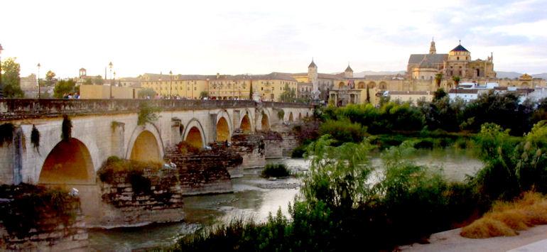 Cordoue, le pont romain, le Guadalquivir et la Mezquita